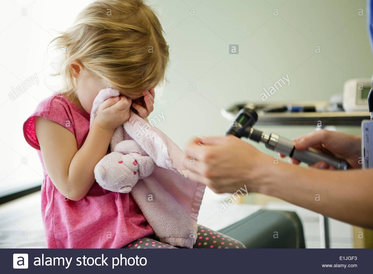 Chica escondiendo los ojos en la habitación del hospital Imagen De Stock