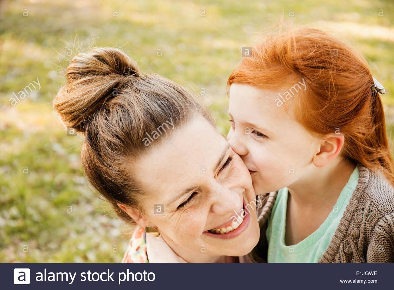 Retrato del adulto medio sonriente, madre e hija en el parque Foto de stock