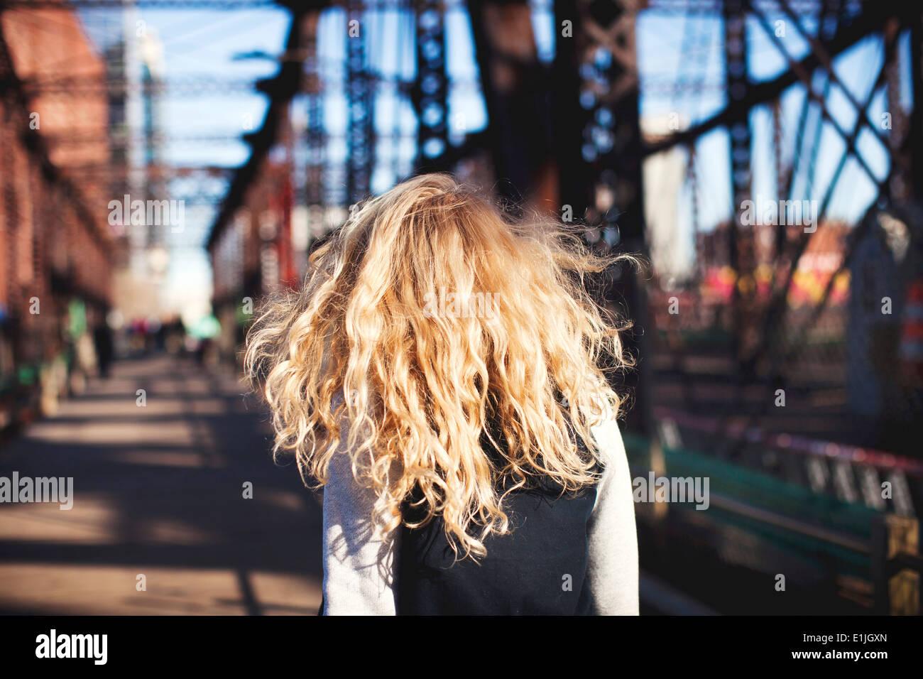 Mujer joven caminando por el puente Imagen De Stock