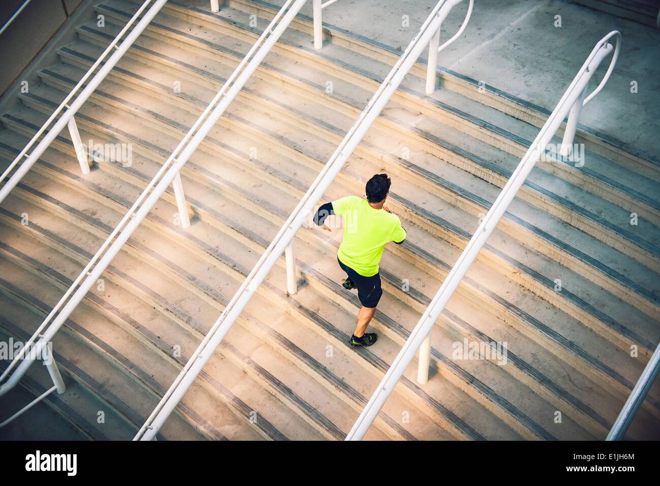 Macho maduro corredor formación sobre PASOS Imagen De Stock