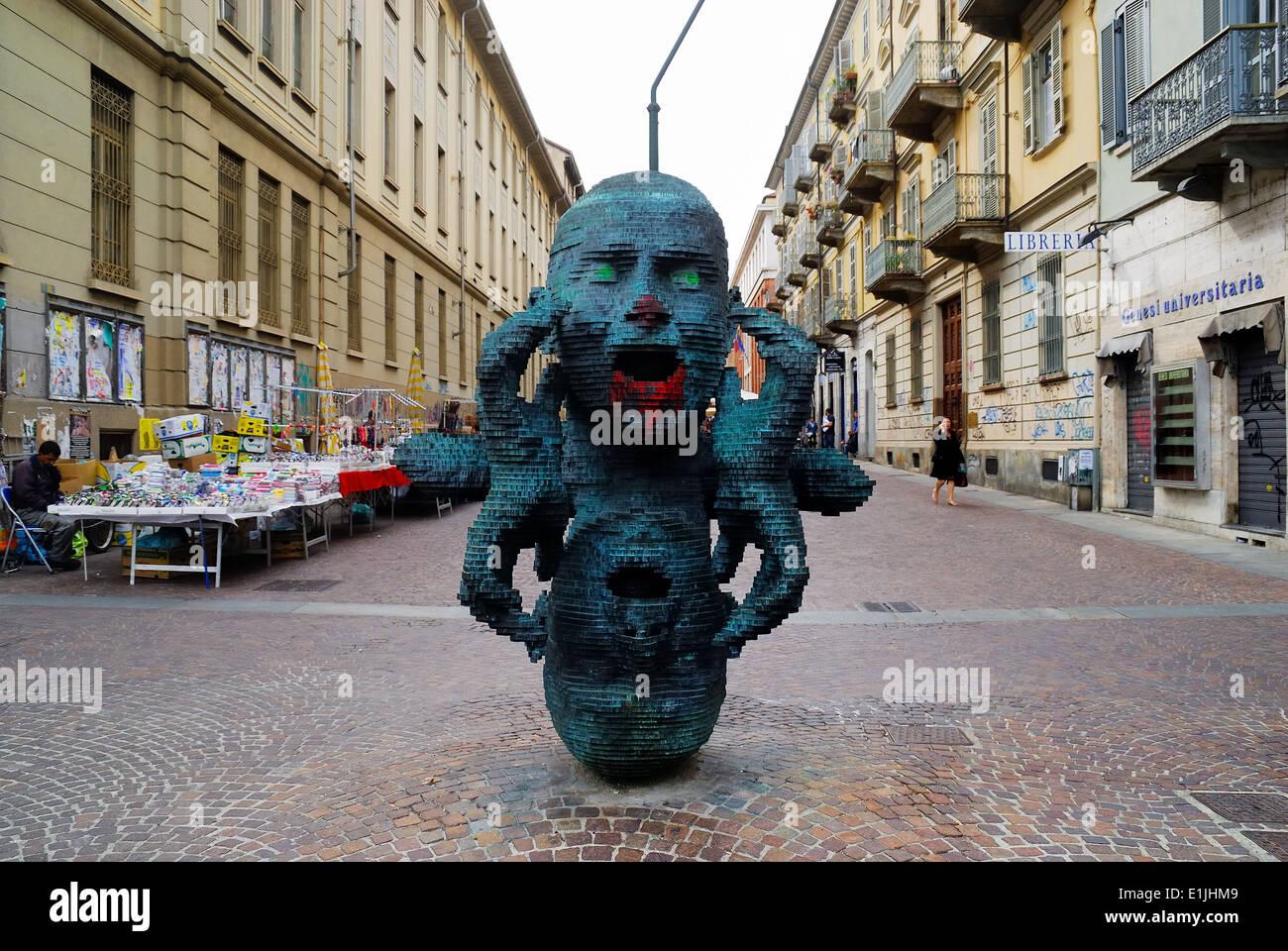 Turín, Giuseppe Verdi street. ' El reflejo aullido '. La gran escultura de bronce del artista Marc Breton Didou. Foto de stock