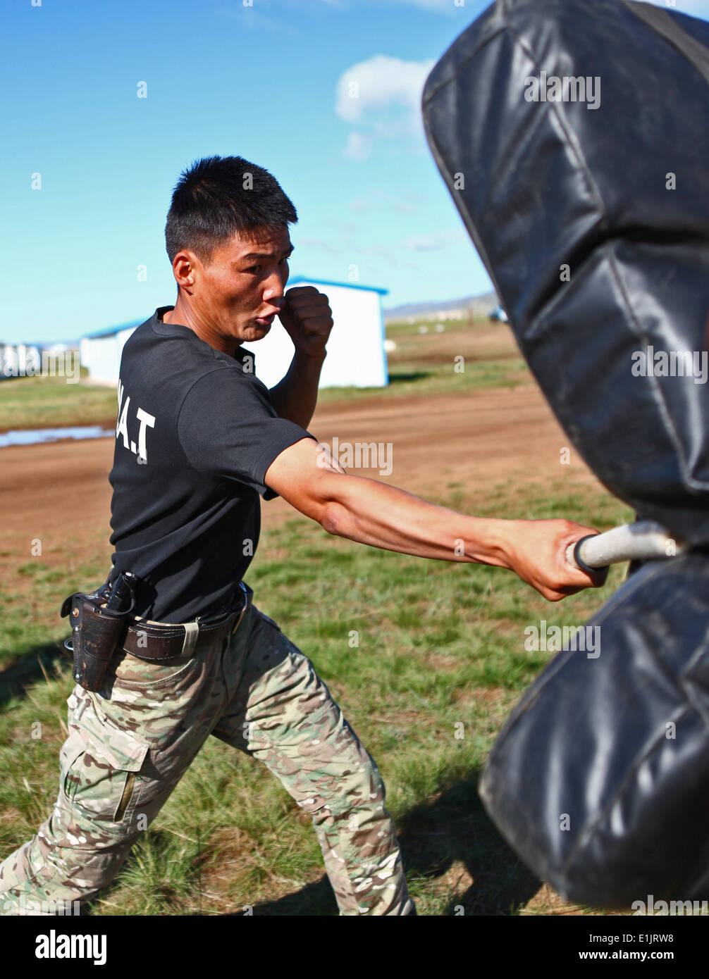 Un miembro de las fuerzas armadas de Mongolia participa en un curso de calificación de spray de pimienta como parte Foto de stock