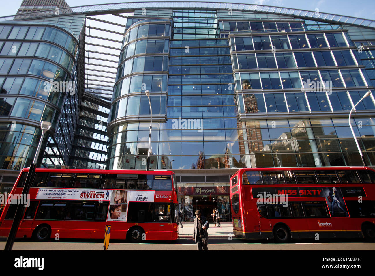 Los autobuses y edificios Imagen De Stock