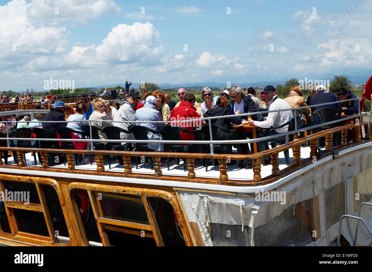 Viaje en barco con almuerzo a bordo, la manera de pasar el tiempo en Antalya. Los barcos están decoradas como Imagen De Stock
