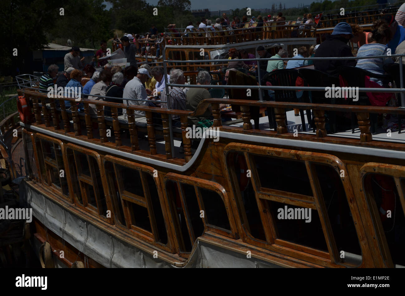 Viaje en barco con almuerzo a bordo, la manera de pasar el tiempo en Antalya. Los barcos están decoradas como barcos piratas. Imagen De Stock