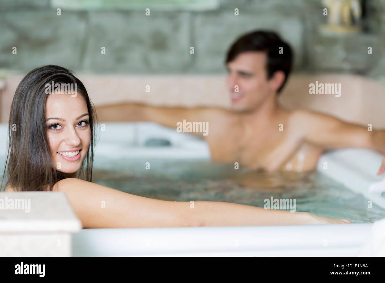 Pareja joven relajándose en el jacuzzi Imagen De Stock