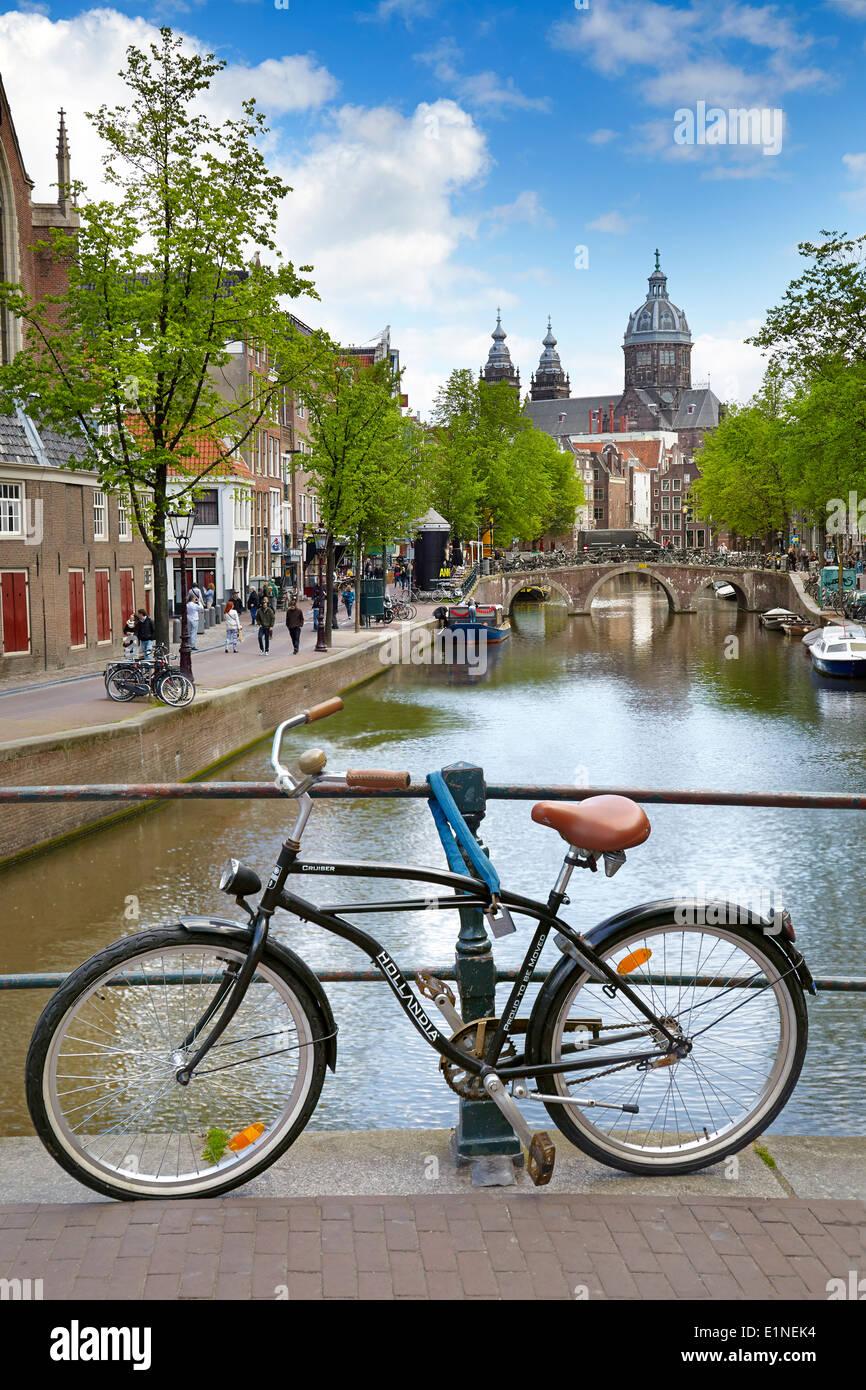 Amsterdam en bicicleta en el puente del canal, Holanda, Países Bajos Imagen De Stock