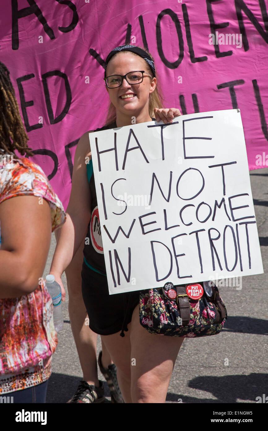 """Detroit, Michigan, Estados Unidos. Los manifestantes marcharon hasta el Hilton Doubletree Hotel para exigir la cancelación de los derechos de 'señores' conferencia organizada por """"la voz de los hombres."""" Los manifestantes dijeron que esta """"ens humanos activismo"""" los grupos son misóginos y crear un clima que conduce a la violencia contra la mujer. Crédito: Jim West/Alamy Live News Imagen De Stock"""