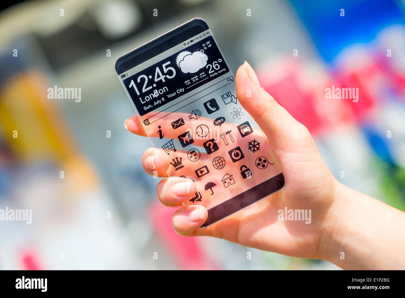 Smartphone con pantalla transparente en manos humanas. Imagen De Stock