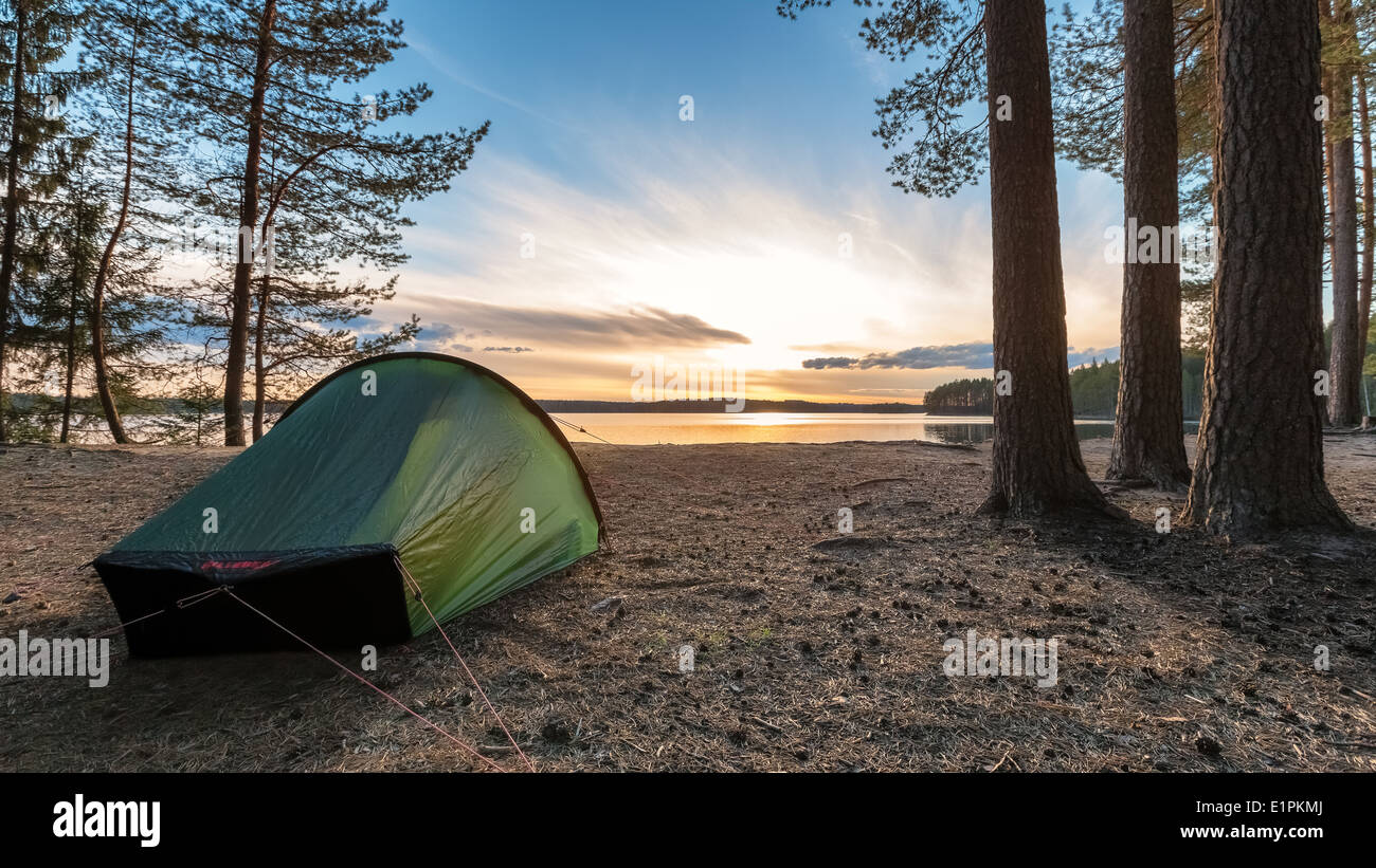 Atardecer en el lago), el parque nacional de Helvetinjärvi Haukkajärvi, Ruovesi, Finlandia, UE Imagen De Stock