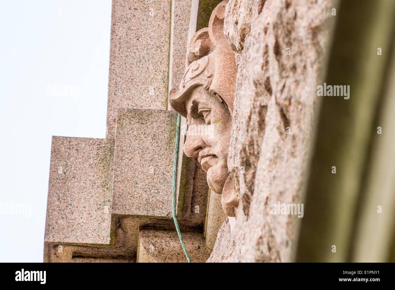 Cabeza humana estatua salían de una pared Imagen De Stock