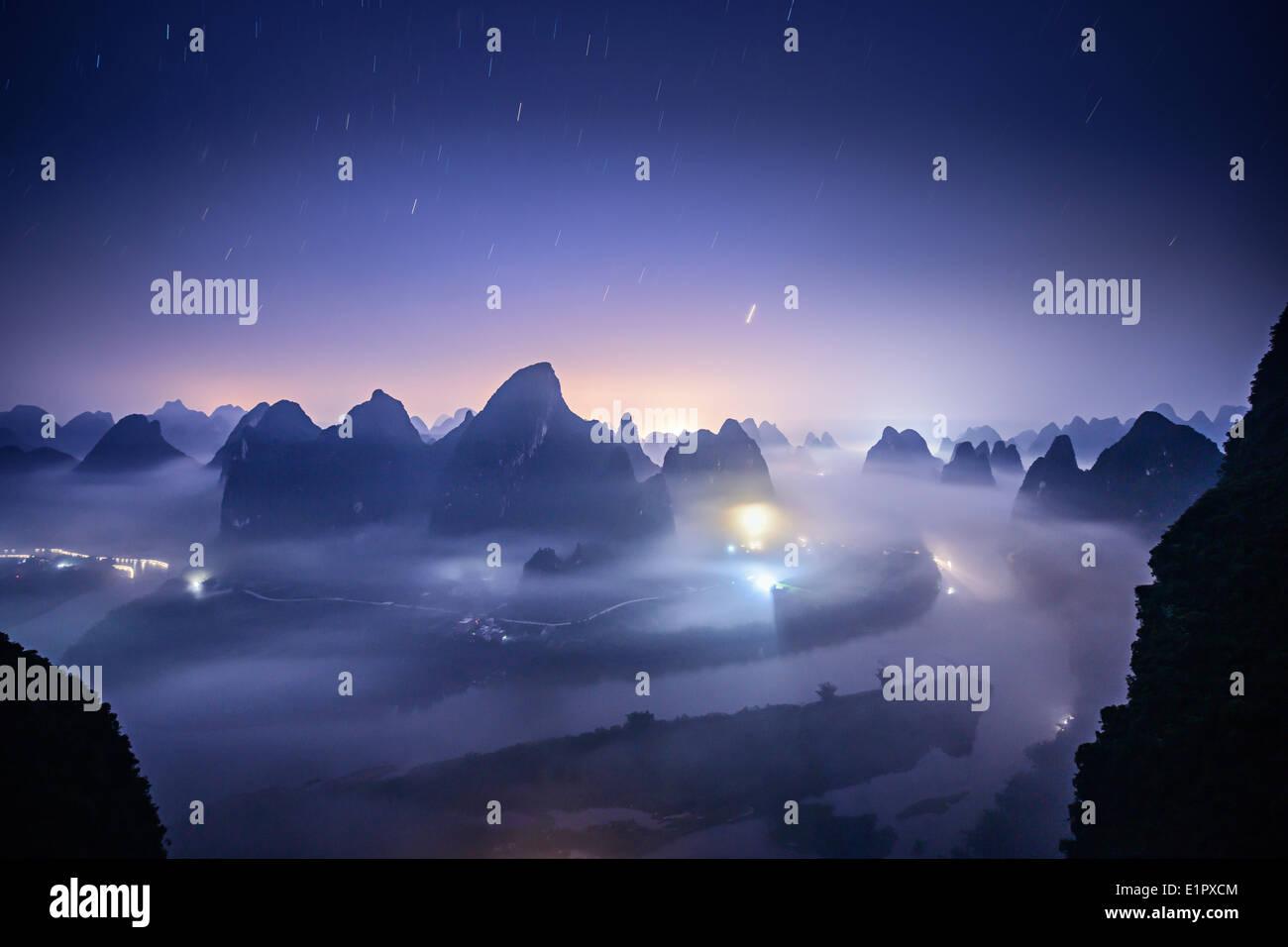 Karst paisajes sobre el río Li en Xingping, provincia de Guangxi, China. Foto de stock