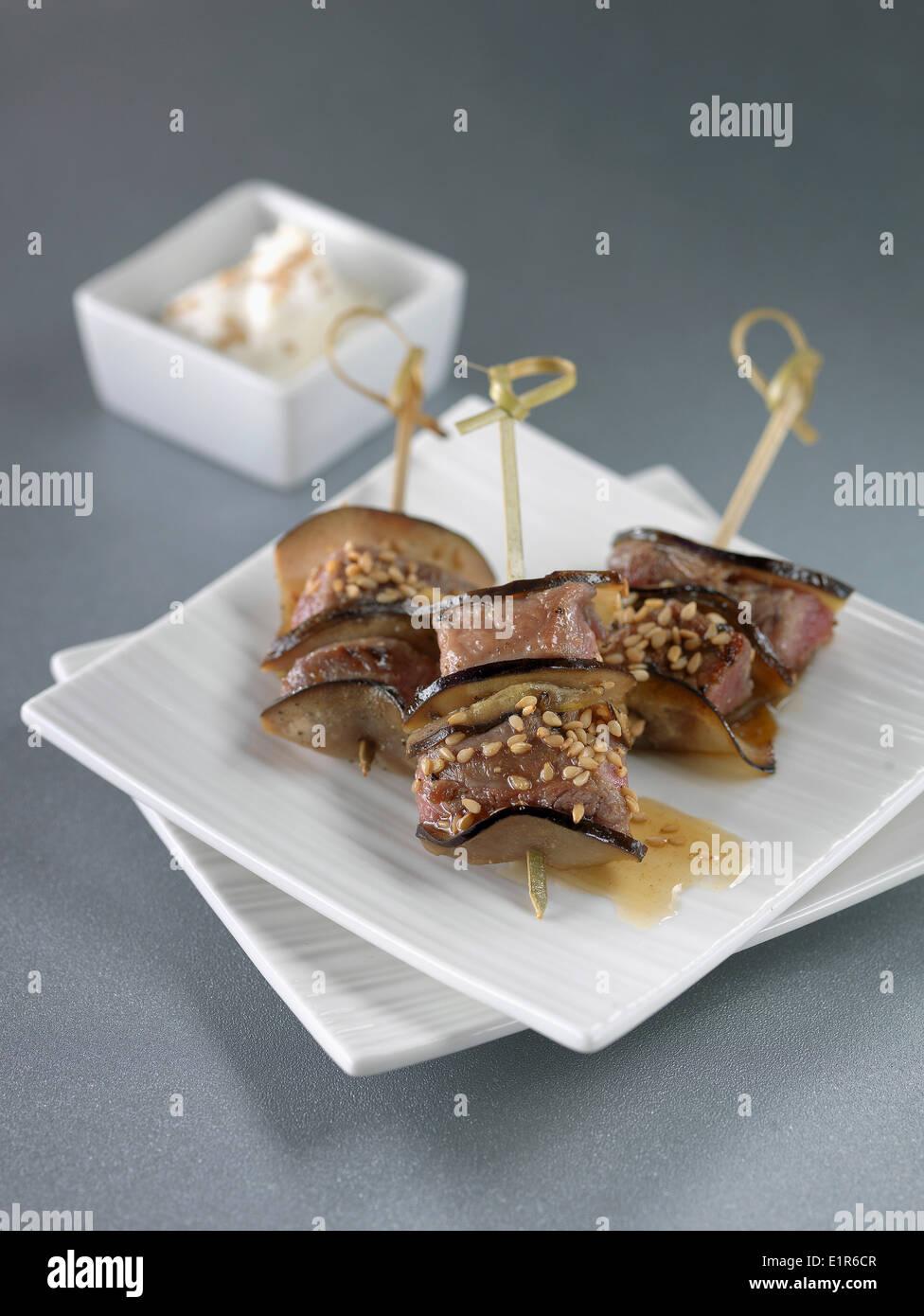 Berenjena mini brochetas de cordero con semillas de sésamo Foto de stock