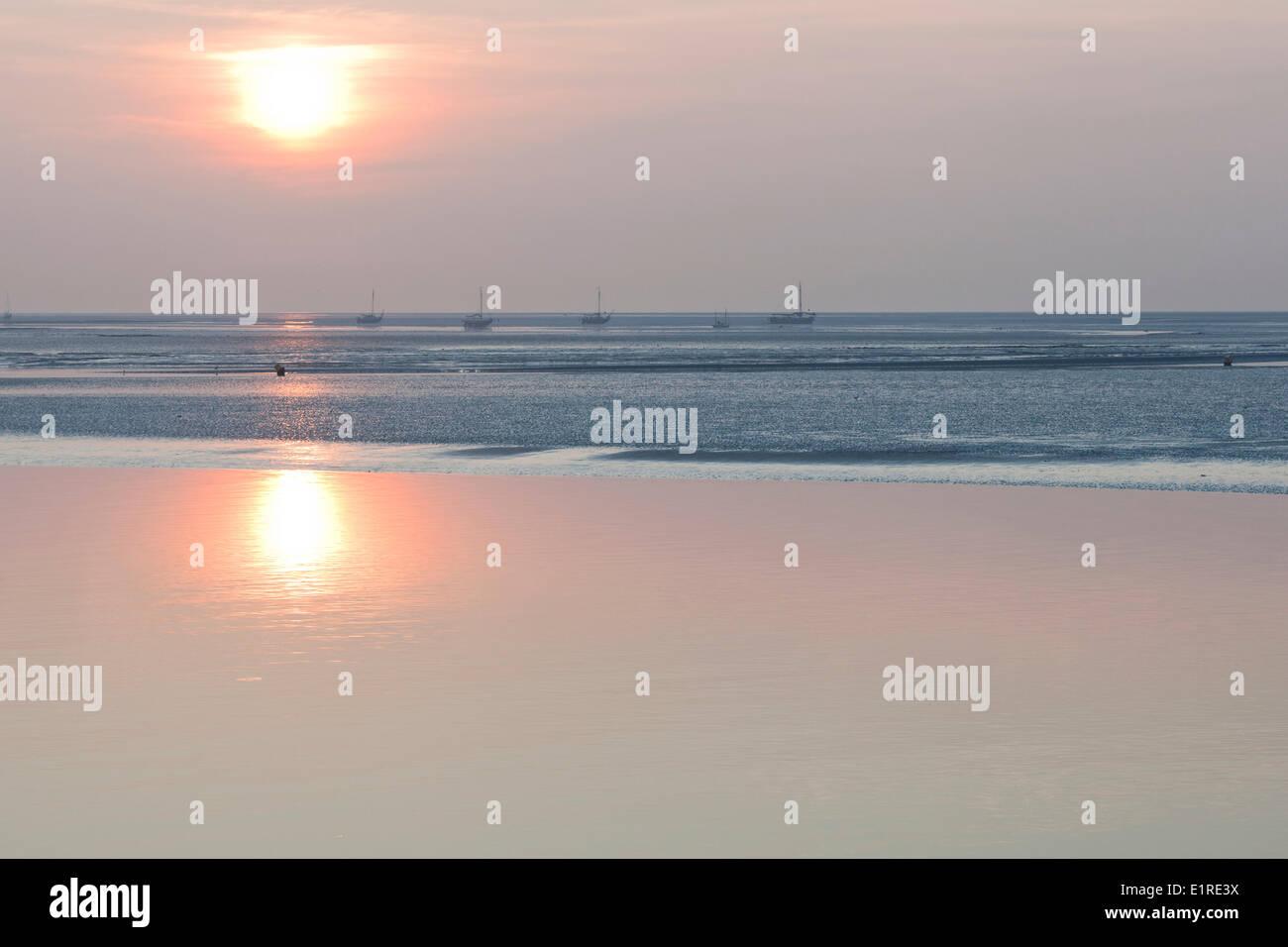 El Mar de Wadden entre Schiermonnikoog y Lauwersoog a puesta de sol. Foto de stock