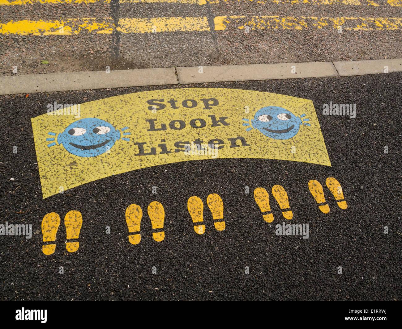Glencoe Highlands Escocesas inusual cartel sobre pavimento para alentar a los niños a tomar en serio la seguridad vial Imagen De Stock