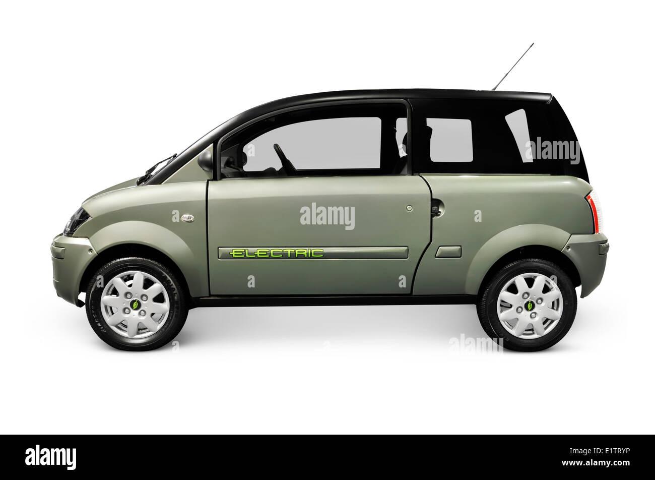 Plugin ZENN coche eléctrico aislado sobre fondo blanco. Imagen De Stock