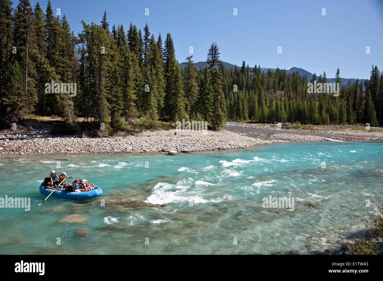 Familia disfrutar de viaje en balsa por el Río Kootenay, Parque Nacional de Kootenay, BC, Canadá. Imagen De Stock