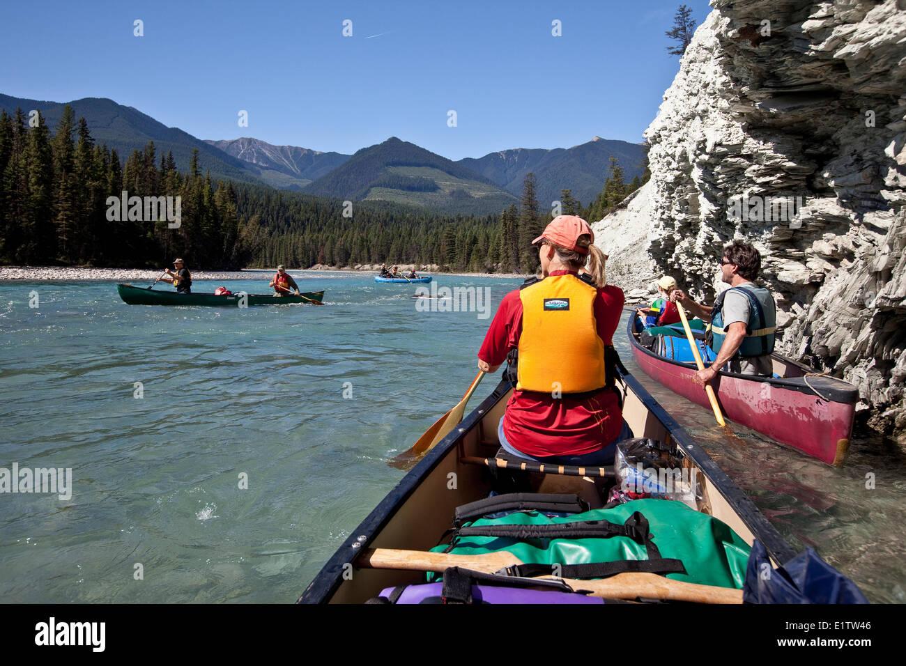 Varias familias disfrutar río viaje en canoas y una balsa sobre el río Kootenay, Parque Nacional de Kootenay, Imagen De Stock