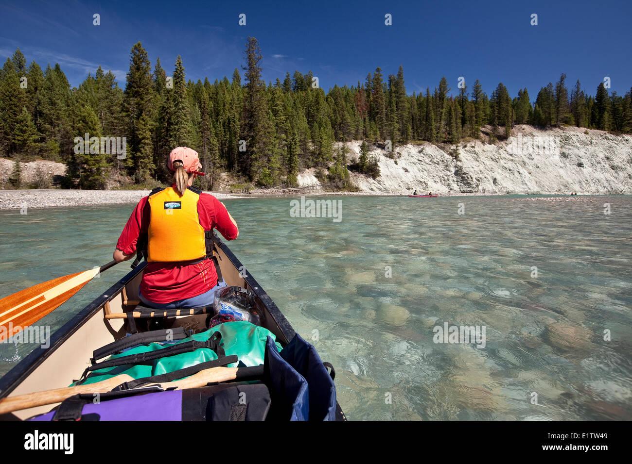 Mujer en Río viaje en canoas por el Río Kootenay, Parque Nacional de Kootenay, BC, Canadá. Imagen De Stock