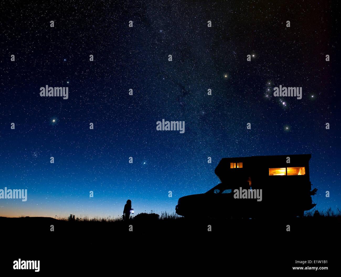 Niño y camper bajo el cielo estrellado. Zona de Okanagan, Columbia Británica, Canadá Foto de stock