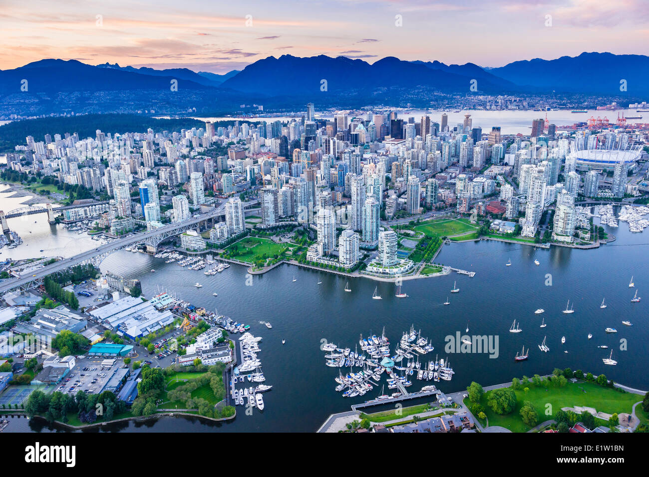 Vancouver con False Creek en primer plano. Imagen De Stock