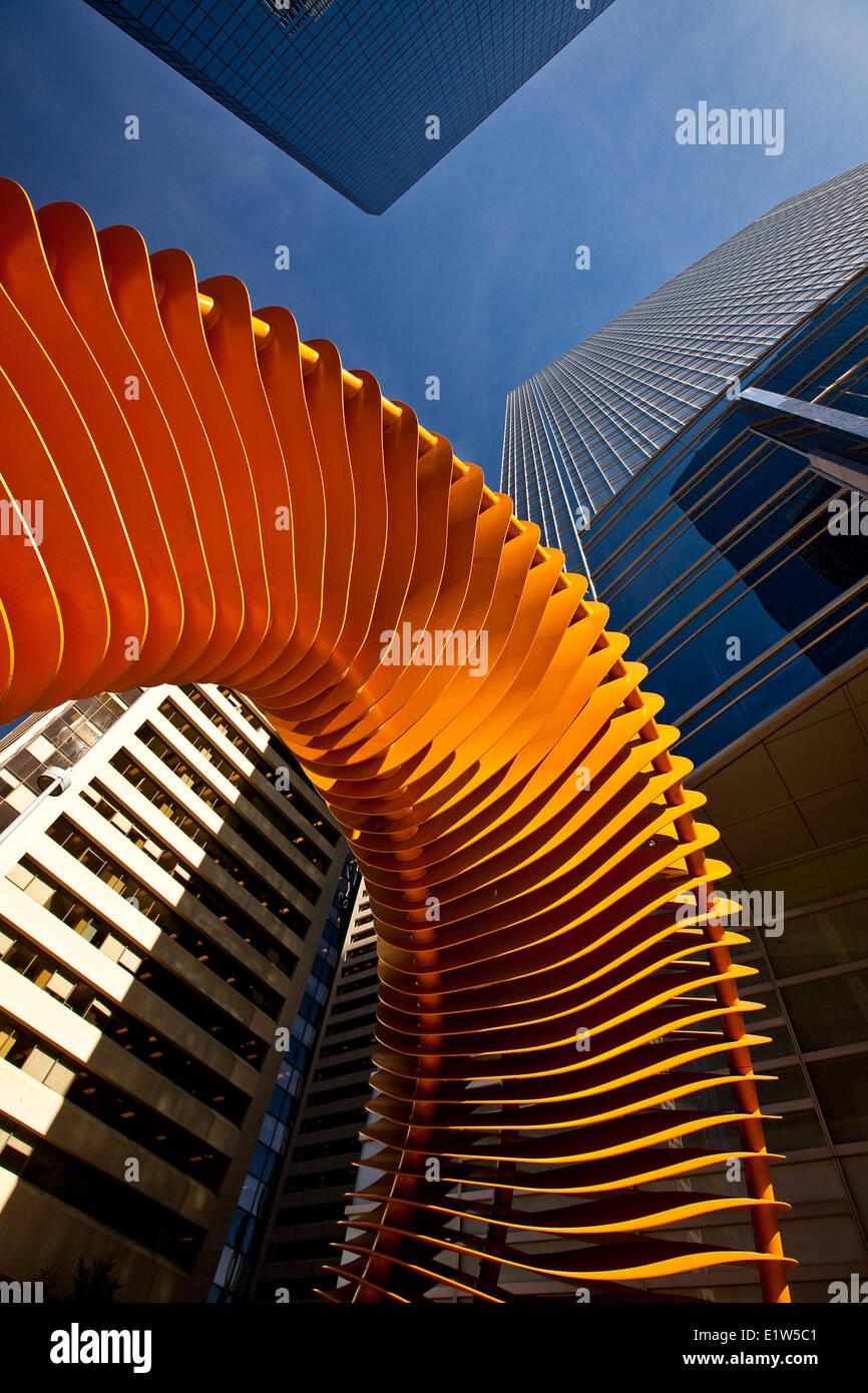 """John McEwen de escultura, """"tejer el cerco y la bocina"""" y los edificios, el centro de Calgary, Alberta, Imagen De Stock"""