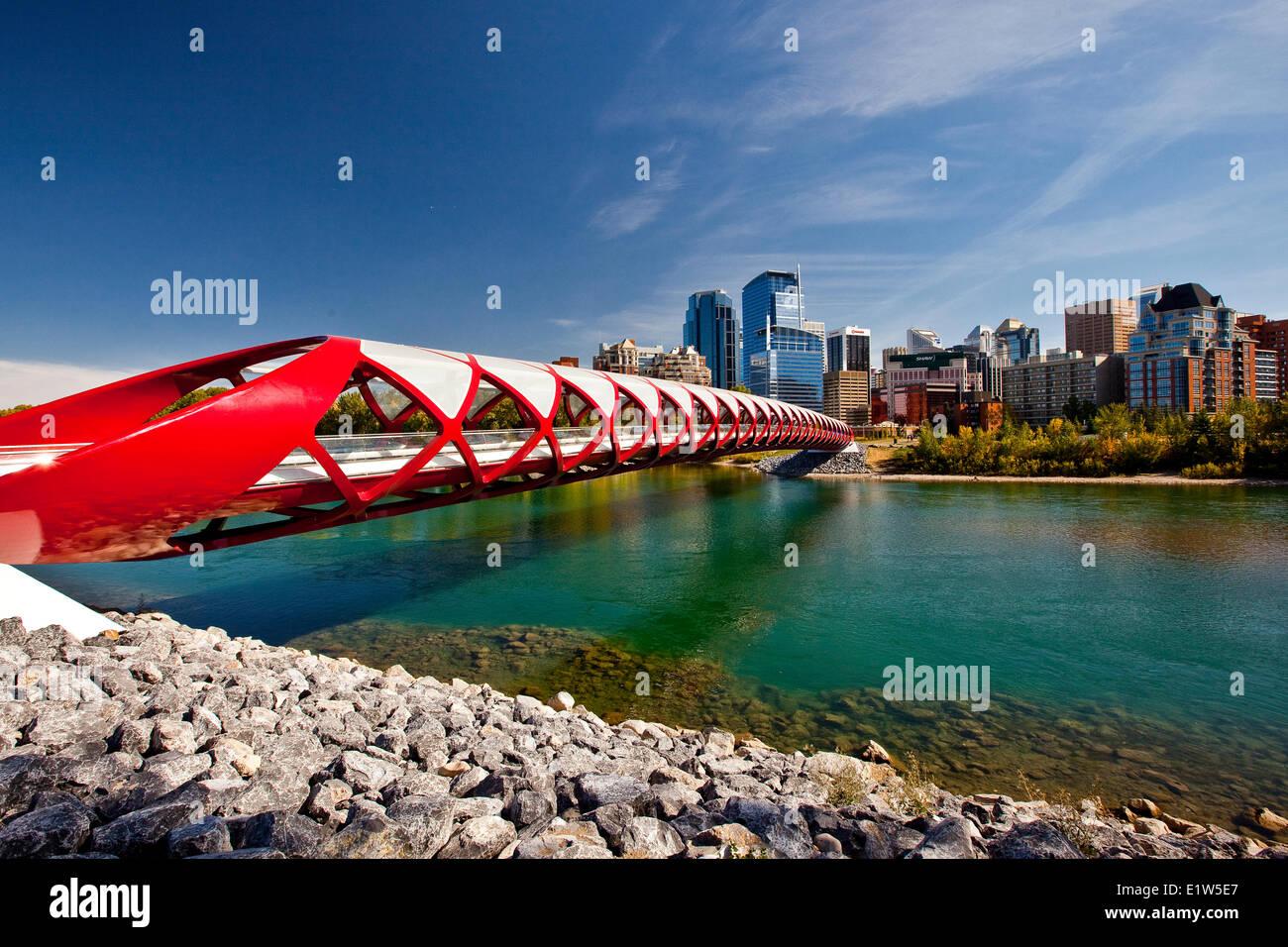 Peace Bridge en Calgary Downtown gigantescos edificios (Peace Bridge es un puente peatonal diseñado por el Imagen De Stock