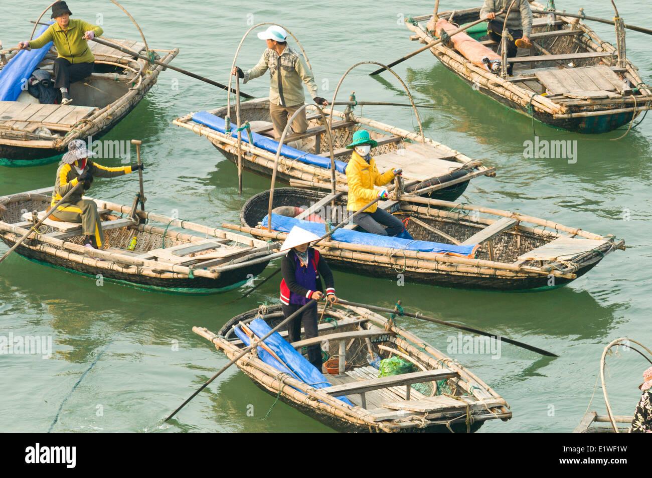 Un floatilla de barcos taxis esperan pasajeros en Cat Ba, Vietnam Imagen De Stock