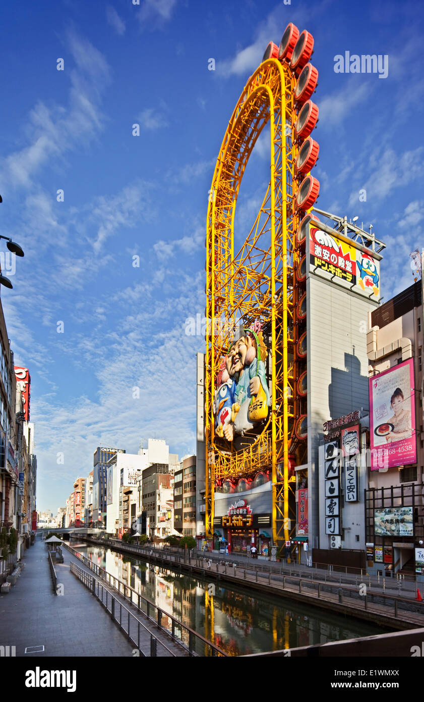 A lo largo del famoso canal Dotombori en Osaka, Japón se encuentran numerosos restaurantes, cafés, así Imagen De Stock