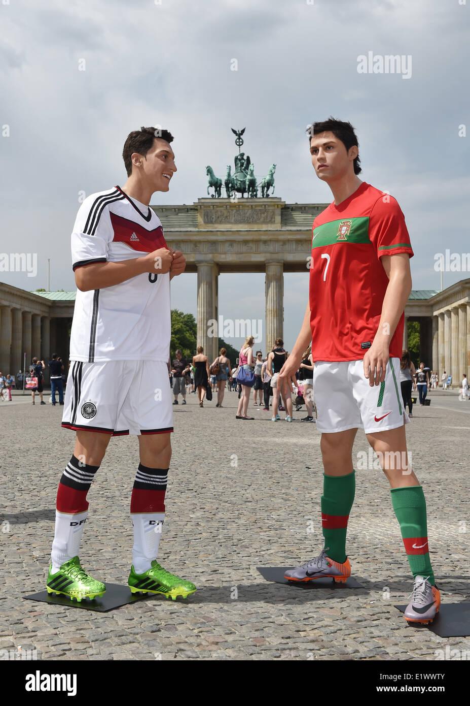 Figuras de Cera del futbolista Mesut Oezil (L) y Cristiano Ronaldo del  museo de cera Madame Tussauds están en exhibición delante de la Puerta de  ... 75a61a354aa71