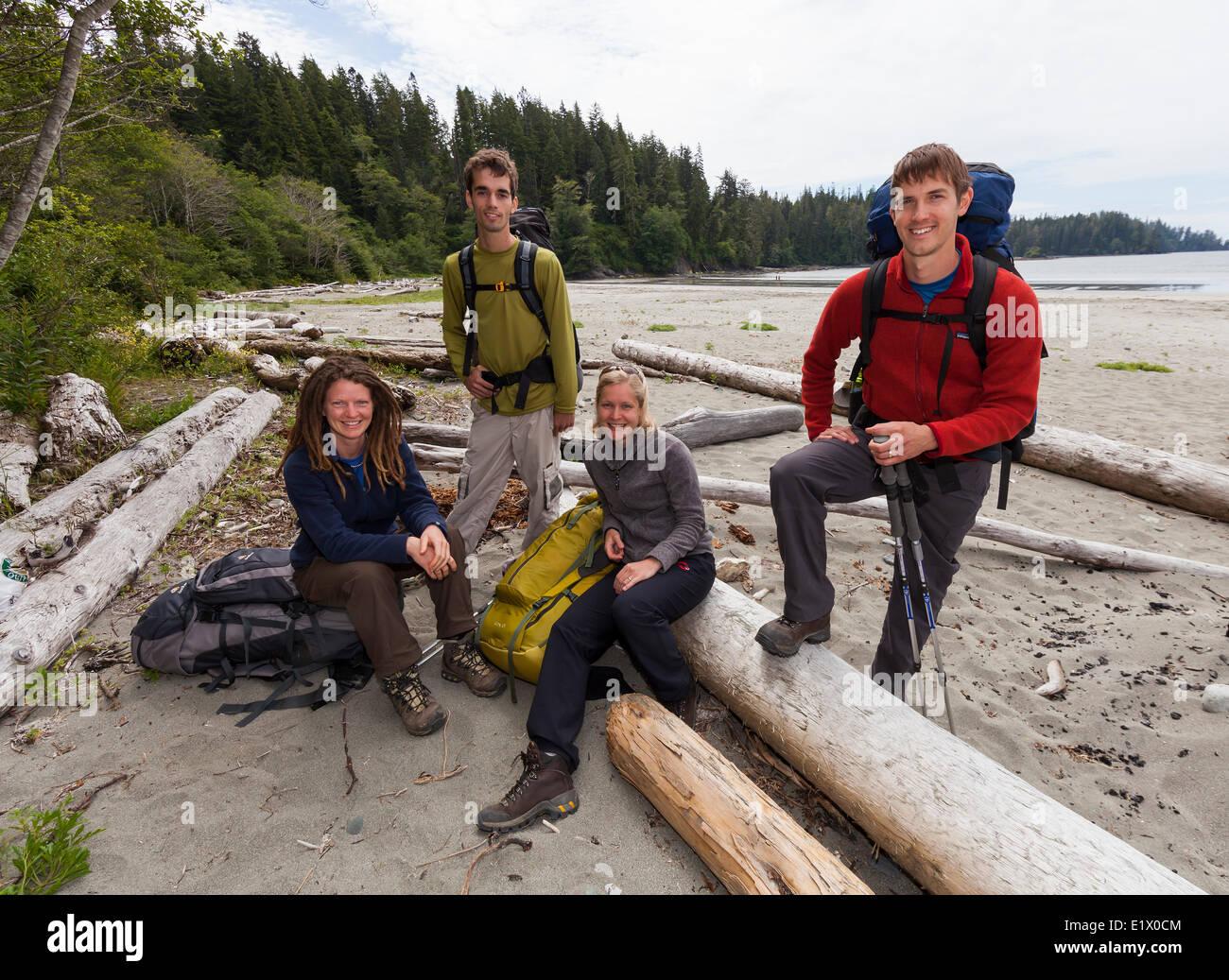 Cuatro amigos posan para una foto antes de embarcarse en su aventura West Coast Trail. Bamfield Isla Vancouver British Imagen De Stock