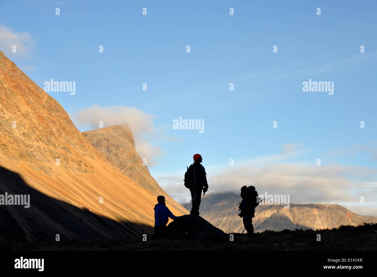 Las siluetas de los excursionistas en el nachvak fjord, Terranova y Labrador, Canadá Imagen De Stock