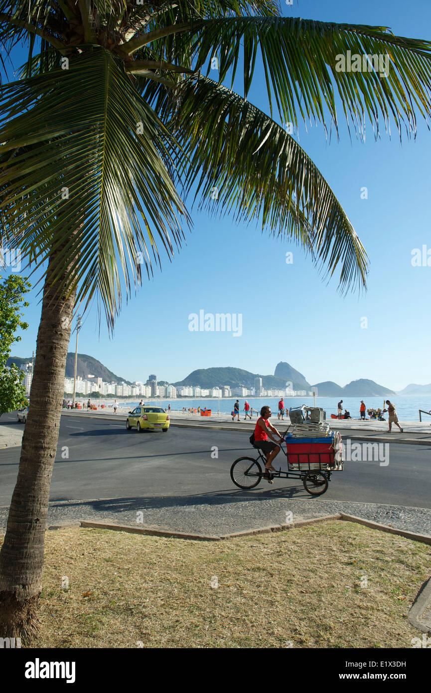 Río de Janeiro, Brasil - Febrero 03, 2014: el joven brasileño ofrece refrigerador y sillas de playa, kiosco Imagen De Stock
