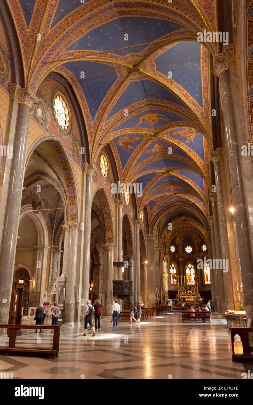 El interior de la Iglesia de Santa Maria Sopra Minerva, Roma Italia Europa Foto de stock
