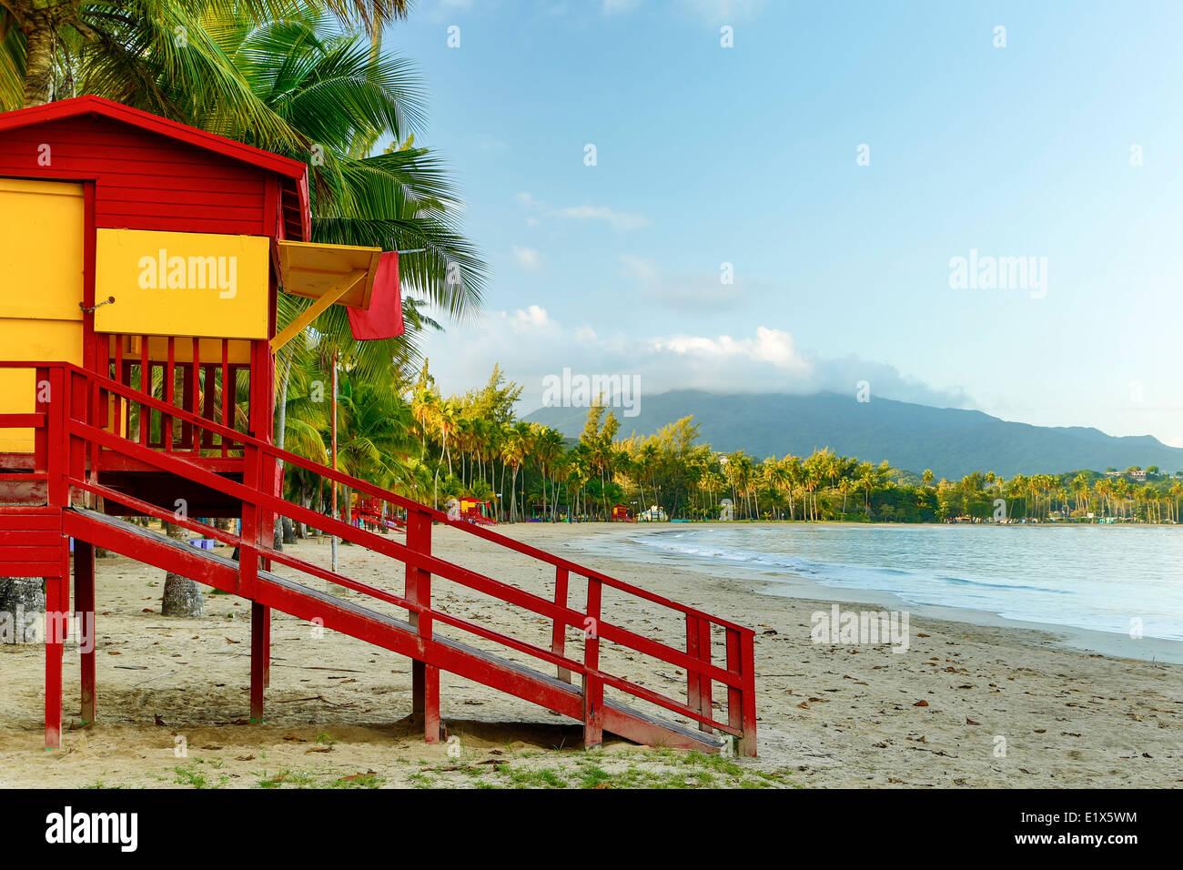 Casa de vigilante de la playa, la playa pública de Luquillo y El Yunque envueltos en las nubes, Luquillo, Puerto Imagen De Stock