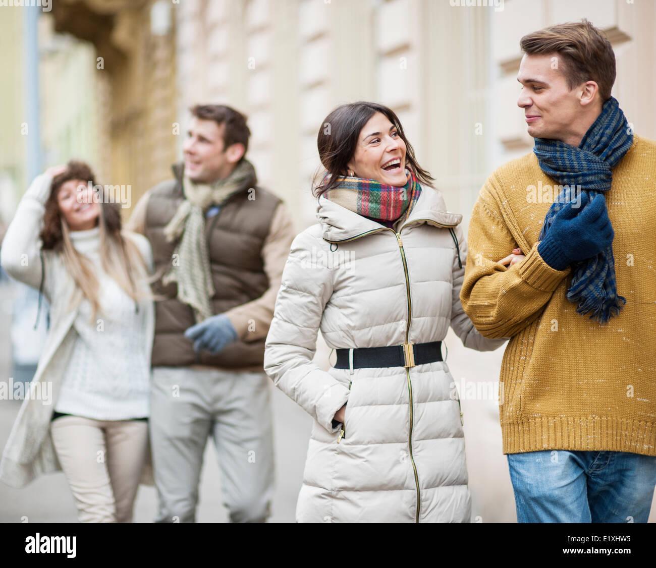 Las parejas felices disfrutando de unas vacaciones en ropa de abrigo Foto de stock