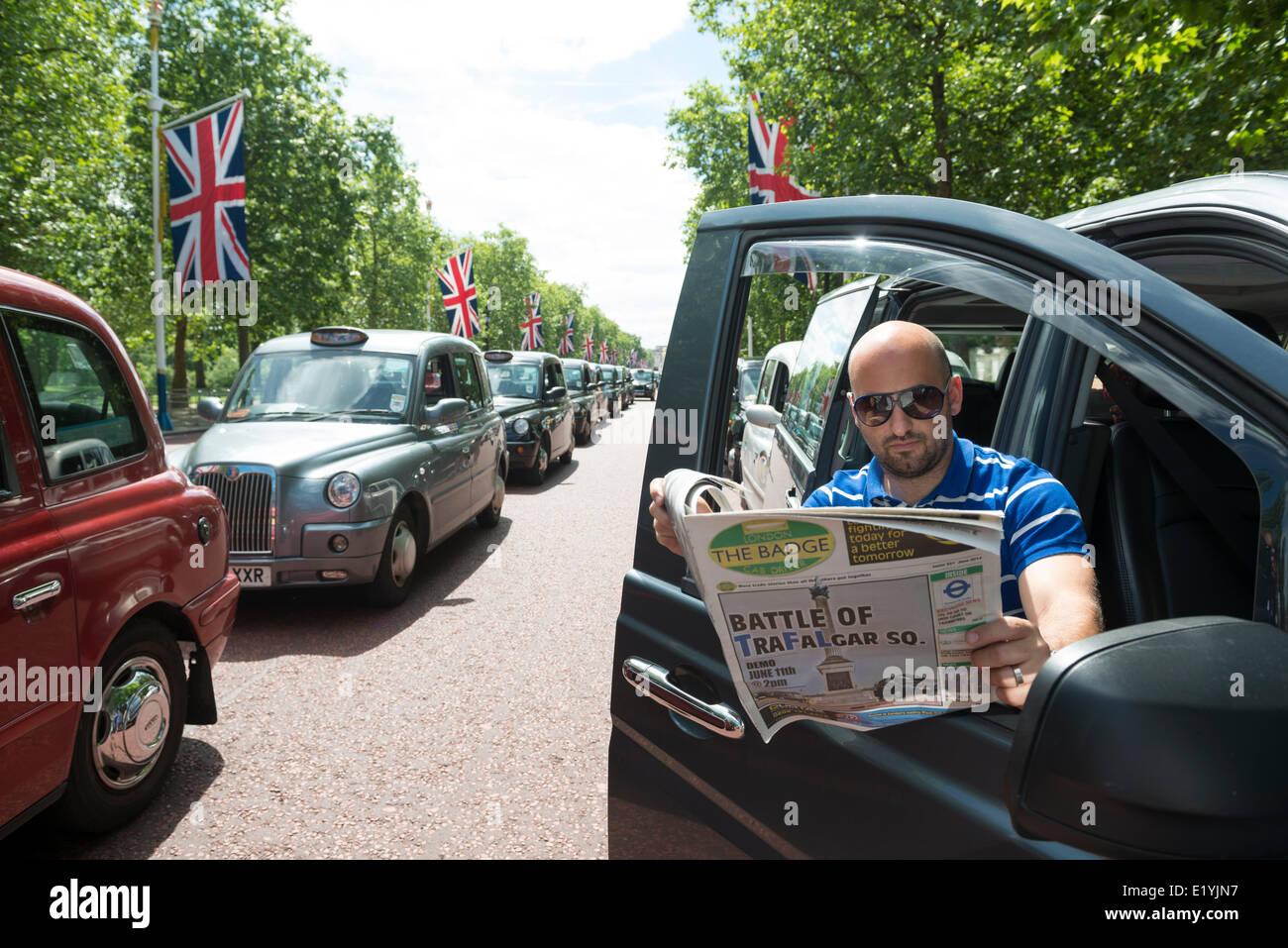 Londres taxista negro Joe Senatore toma un descanso en el Mall en protesta contra Uber el taxi app. La demo fue de 1 hora de 1-2pm el 11 de junio de 2014. Foto de stock