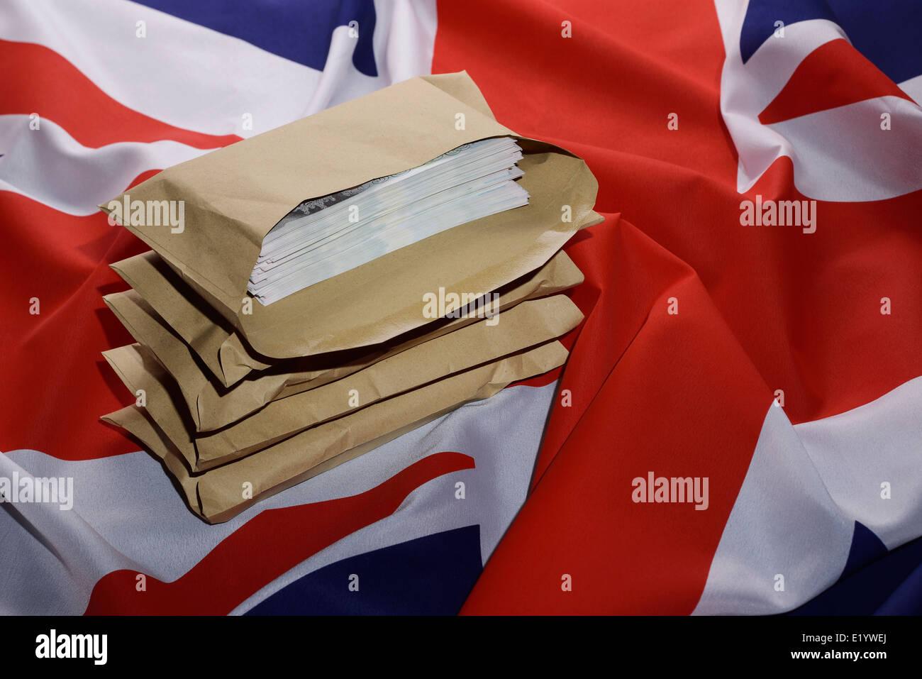 Bandera Union Jack con sobres llenos de dinero Imagen De Stock