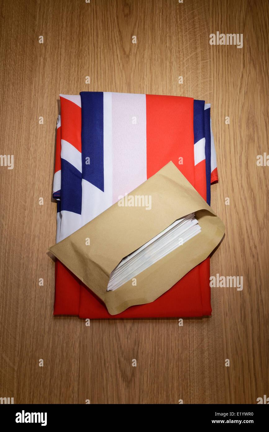 Reino Unido bandera Union Jack con un sobre marrón lleno de dinero Imagen De Stock