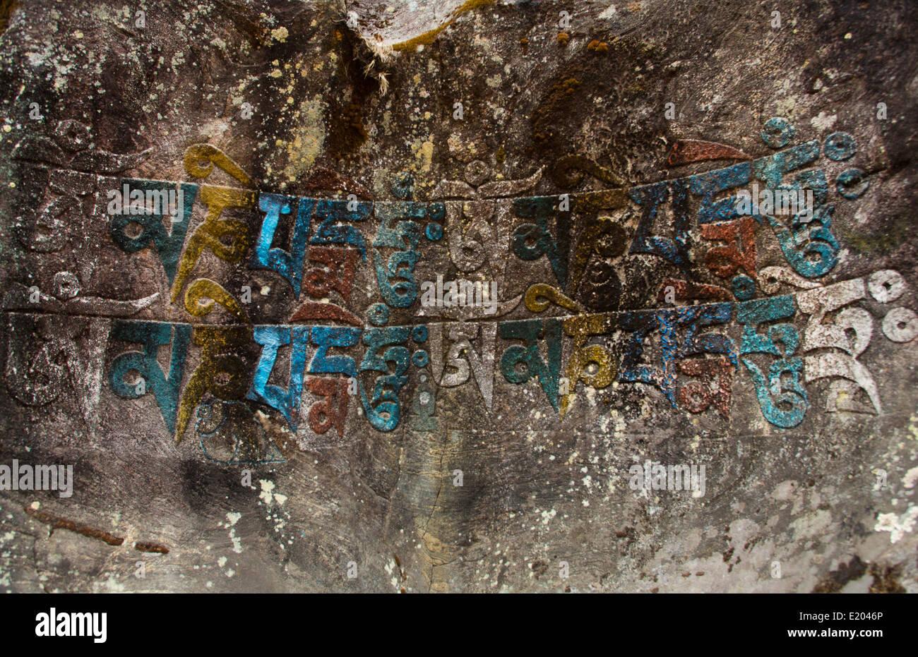Nepal Himalaya mantra tallado en el rockface y pintados, en las afueras de la aldea de Solukhumbu Bengkar, Mt Everest Imagen De Stock
