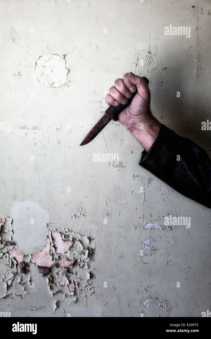 Un hombre mano con una cuchilla oxidada Imagen De Stock