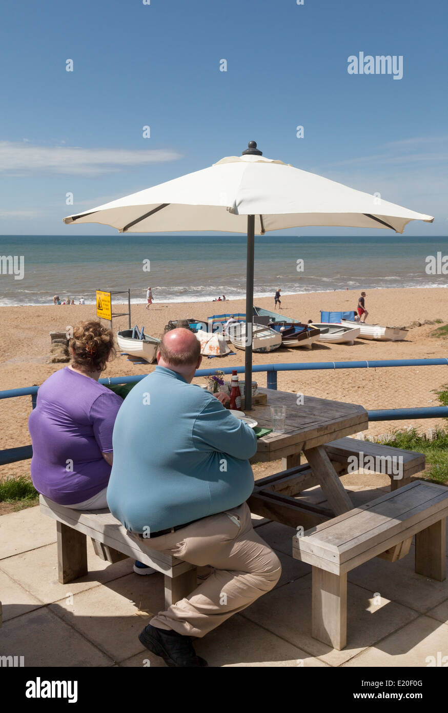 Obesidad - Obesidad pareja en la playa, REINO UNIDO Imagen De Stock