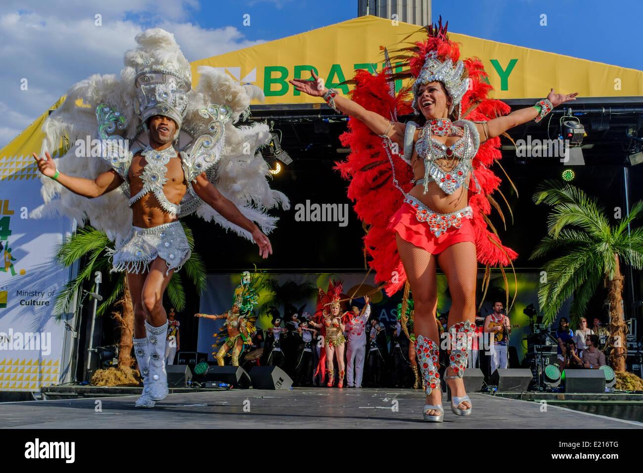 Bailarines de Paraiso escuela de samba realizar en el escenario como parte del festival del día de Brasil en Imagen De Stock