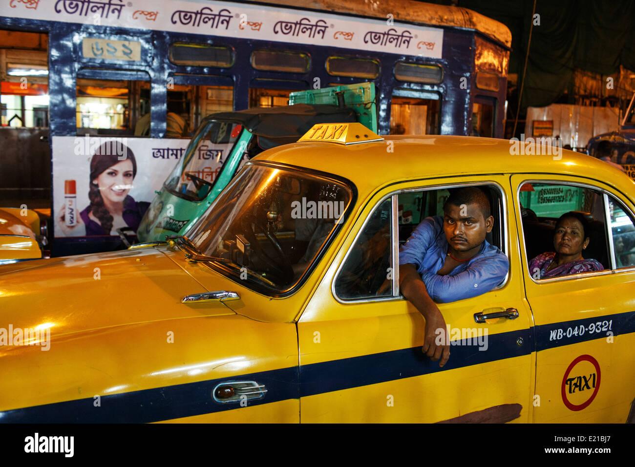 Un taxista y su Embajador amarillo coche atrapado en un atasco de tráfico en el centro de Kolkata (Calcuta), Imagen De Stock