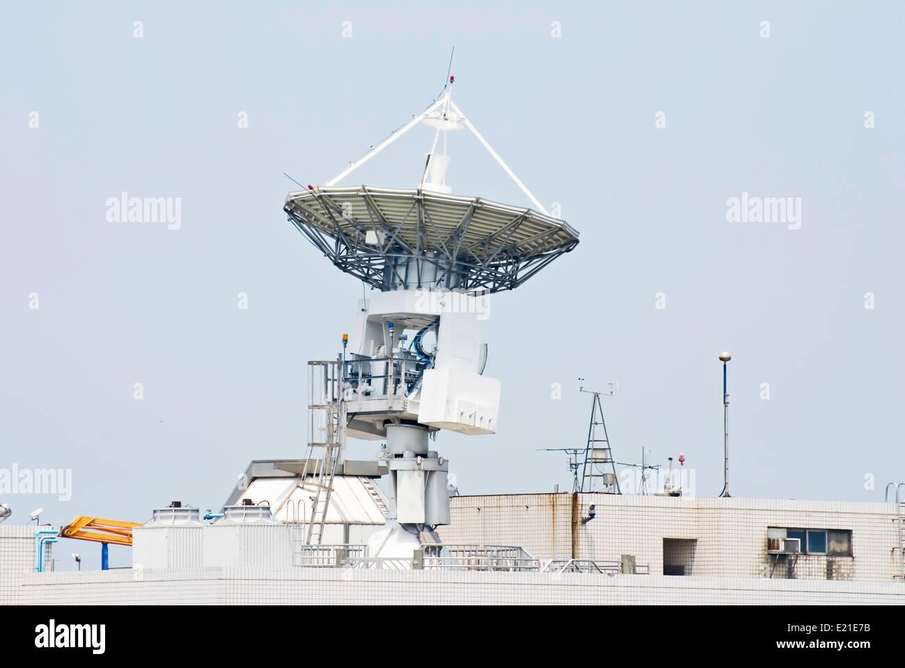 Comunicarse con el satélite de la antena Imagen De Stock