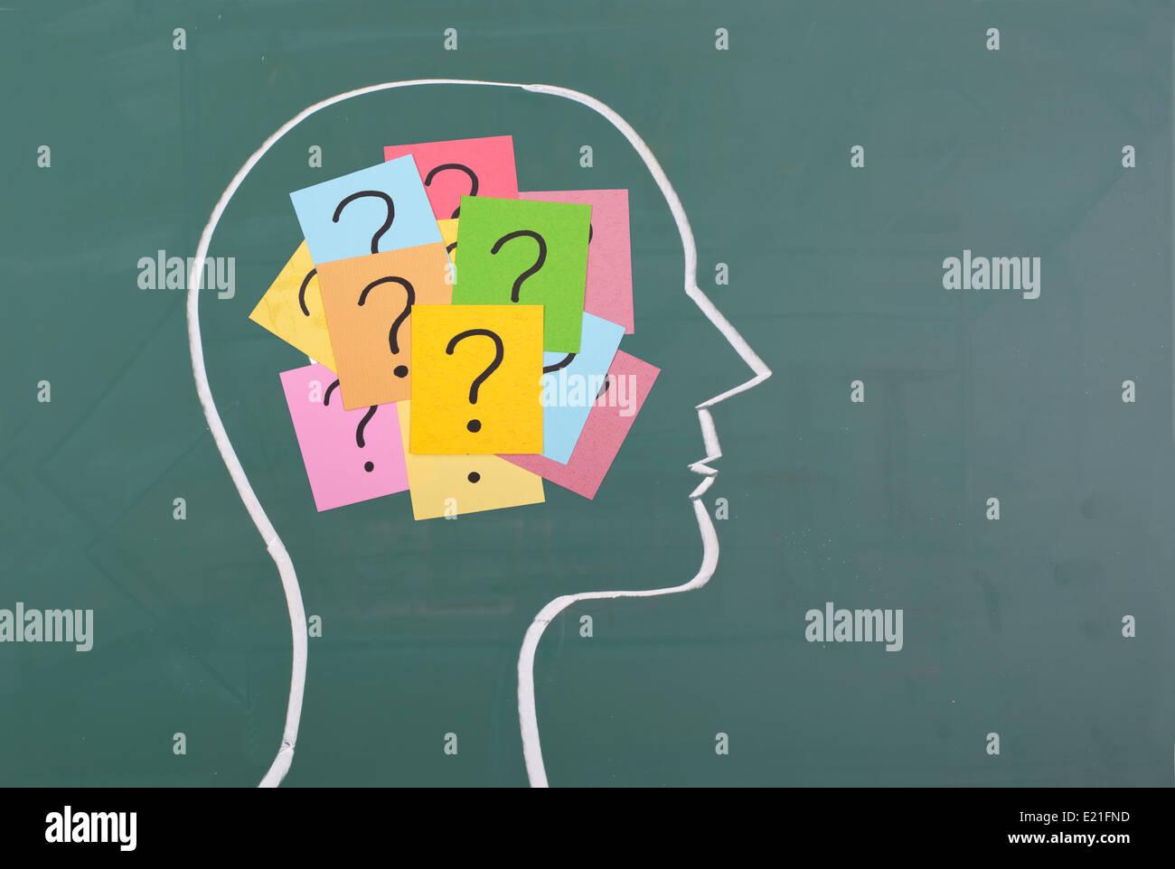 Cerebro Humano y coloridos interrogación Foto de stock