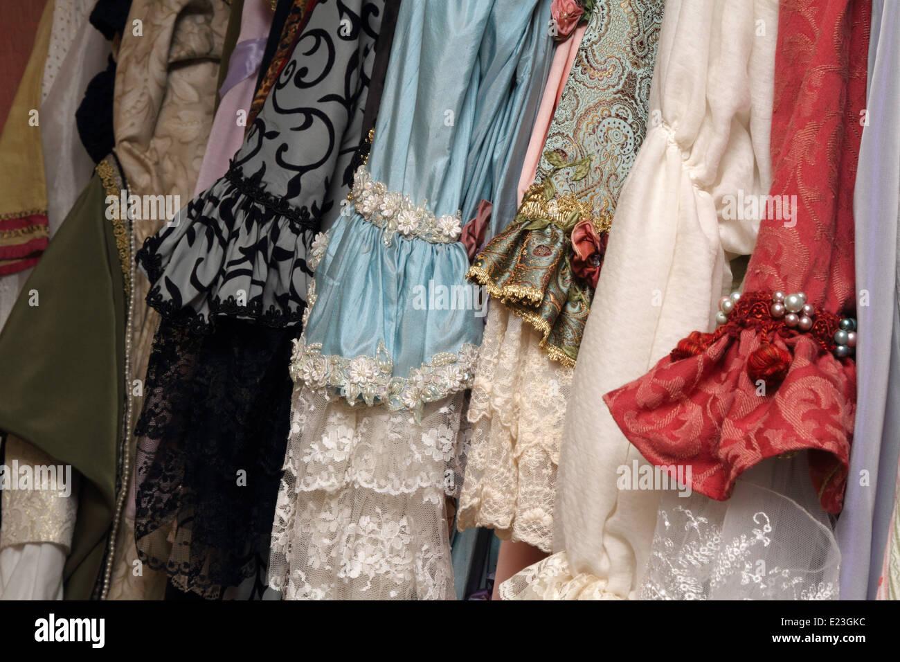 Fila de Barroco elegantes vestidos de seda, trajes Imagen De Stock