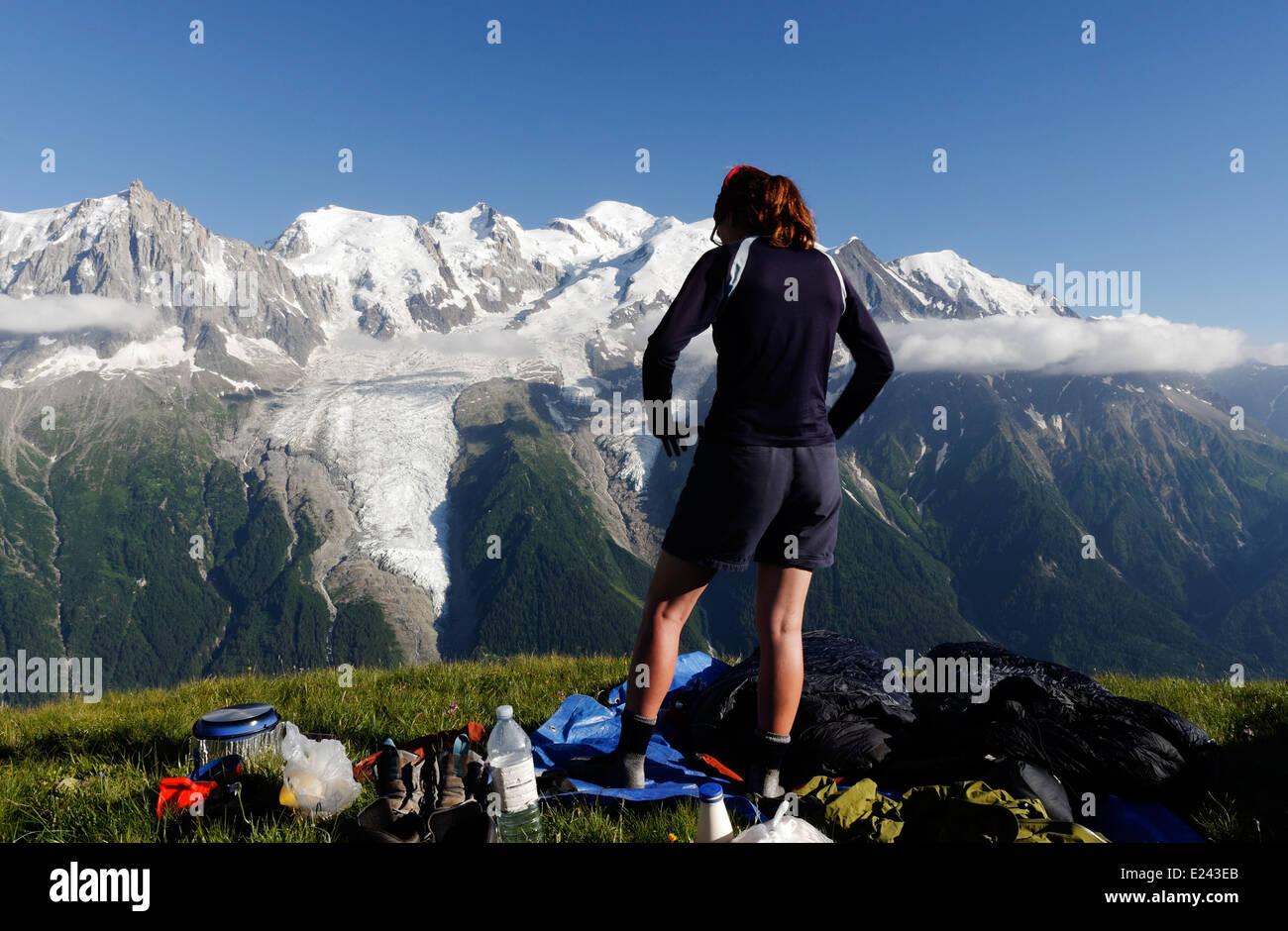 Una dama en un campamento en le Brevent salvajes en los Alpes franceses con el macizo del Mont Blanc más allá Imagen De Stock