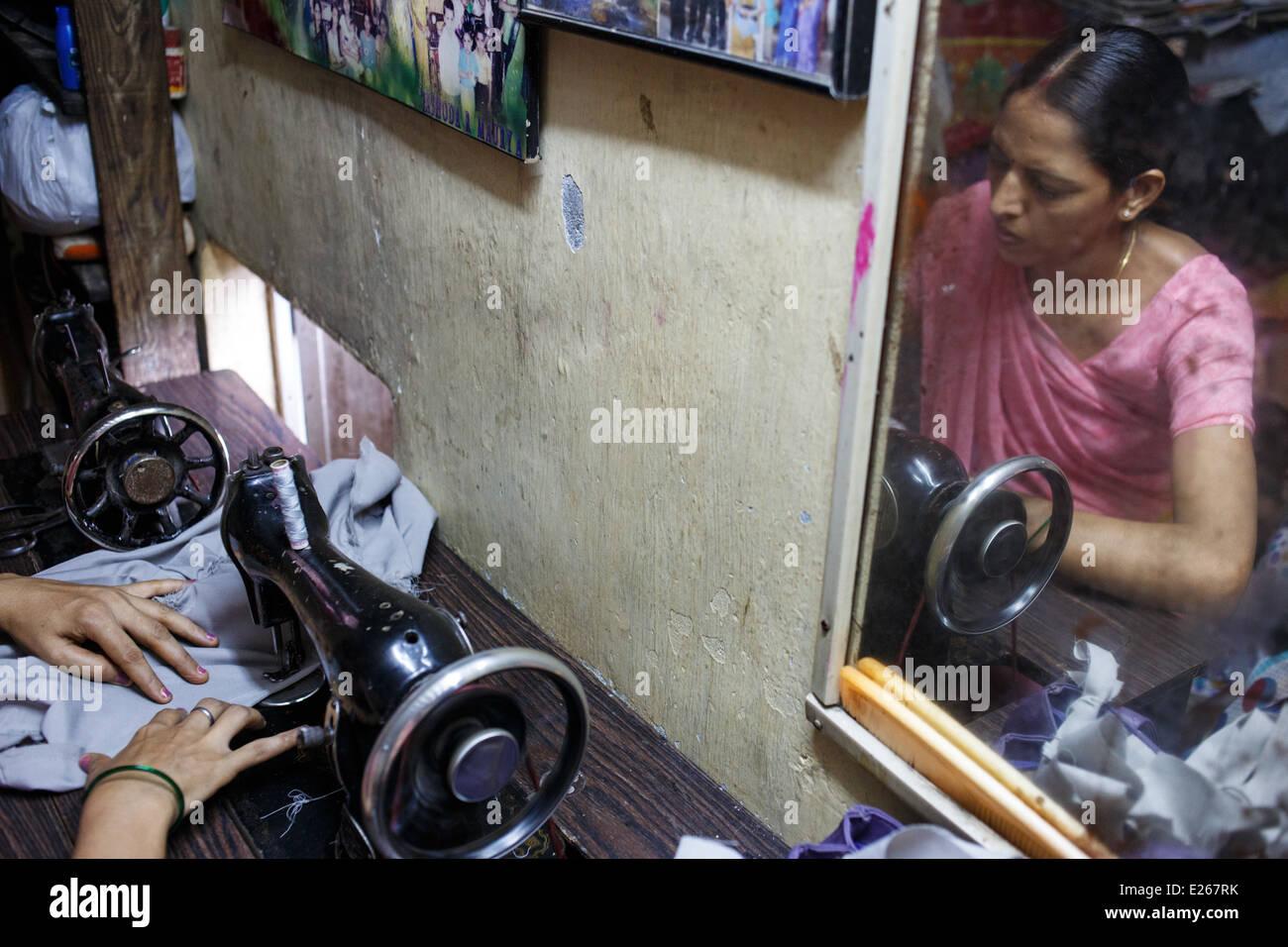 Una mujer cosiendo ropa en una pequeña sastrería en Kandivali zona ...