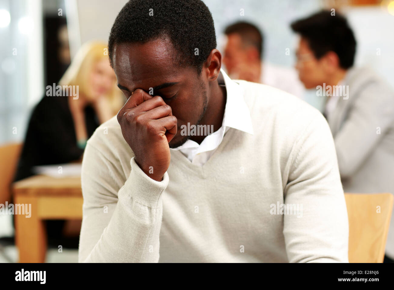 Empresario afroamericano cansado en Office Imagen De Stock